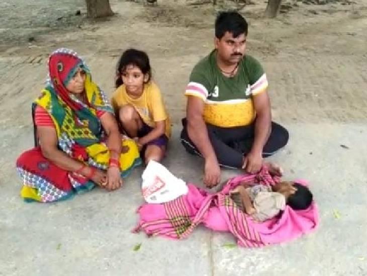 9 माह से निलंबित चल रहा सफाईकर्मी, बेटी ने इलाज के अभाव में तोड़ा दम, विकास भवन के सामने शव रखकर बैठ गया परिवार|फिरोजाबाद,Firozabad - Dainik Bhaskar