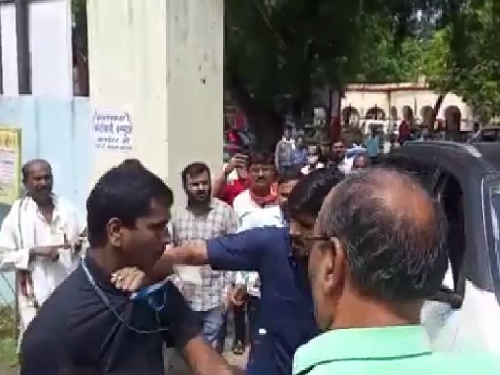 कलेक्ट्रेट से निकलते समय कार से टकराई बाइक, पूर्व जिलाध्यक्ष ने निकाल ली चाभी; गुर्गों ने बरसाए थप्पड़ मिर्जापुर,Mirzapur - Dainik Bhaskar