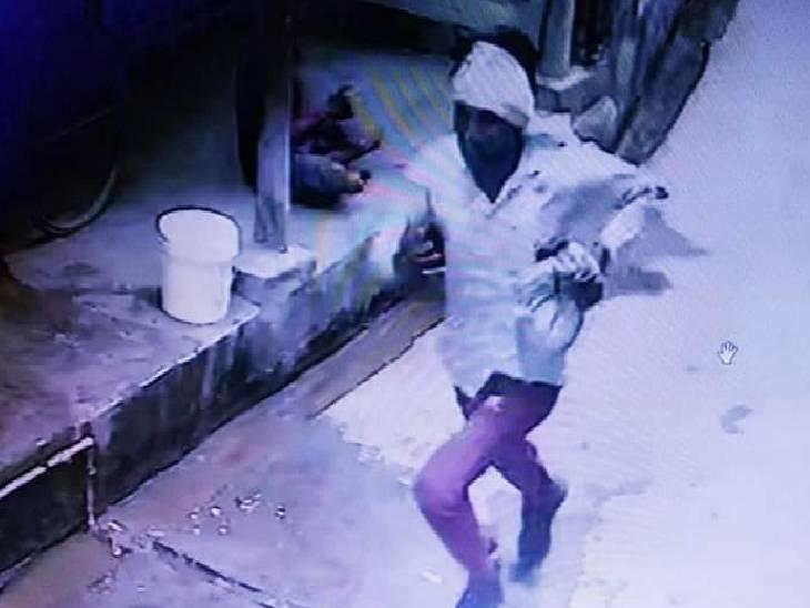 पुलिस 50 युवकों से कर रही पूछताछ, हादसे को दिखने वाली महिला ने कहा- आरोपी ने उसकी दुकान से खरीदे थे टमाटर|जालौन,Jalaun - Dainik Bhaskar