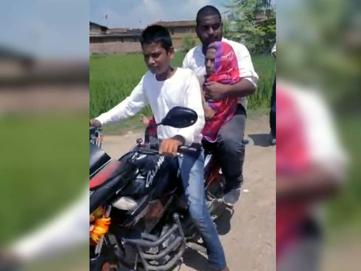 बूथ पर लगी वोटर्स की कतारें, कहीं दादी को गोद में लेकर पहुंचा पोता तो कहीं बाइक से बुजुर्ग को लाया गया; DM-SP भी सेल्फी लेते नजर आए|बिहार,Bihar - Dainik Bhaskar