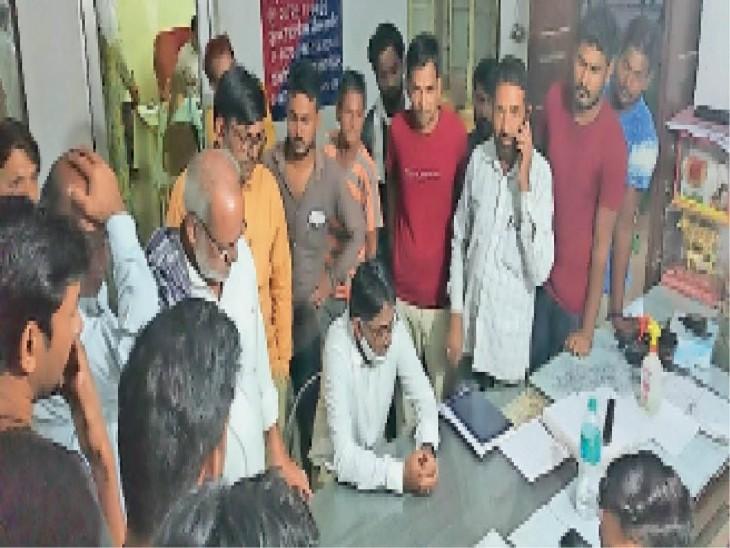 अवैध निर्माण पर कार्रवाई के बाद ईओ और पार्षद के बीच पालिका में हंगामा, दोनों ने थाने में एक दूसरे के खिलाफ दर्ज कराया मुकदमा|राजस्थान,Rajasthan - Dainik Bhaskar
