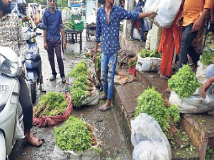 सवीना फल-सब्जी मंडी में चारों तरफ कीचड़, फिसल रहे किसान, बदबू से सांस लेना मुश्किल|राजस्थान,Rajasthan - Dainik Bhaskar