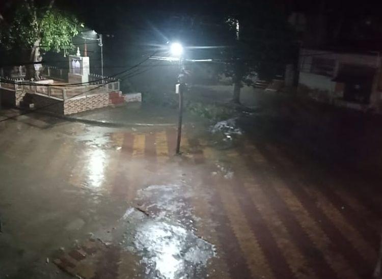पाली में इन्द्रा कॉलोनी में गुरुवार देर रात को हो रही बरसात। - Dainik Bhaskar