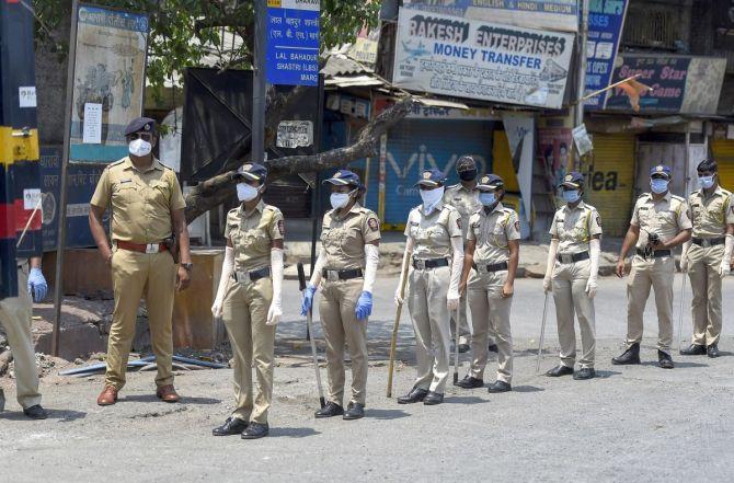 देशभर में 2.15 लाख हैं महिला पुलिसकर्मी, पुलिस बल का केवल 10 फीसदी संख्या होने की वजह से करनी पड़ती है लंबी ड्यूटी|वुमन,Women - Dainik Bhaskar