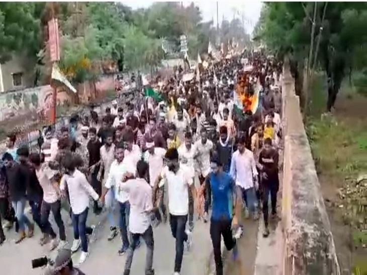 विभिन्न छात्र संगठनों के नेतृत्व में हजारों युवाओं ने किया प्रदर्शन, सेना भर्ती आयोजित करवाने और ओवरएज में छूट देने की मांग|झुंझुनूं,Jhunjhunu - Dainik Bhaskar
