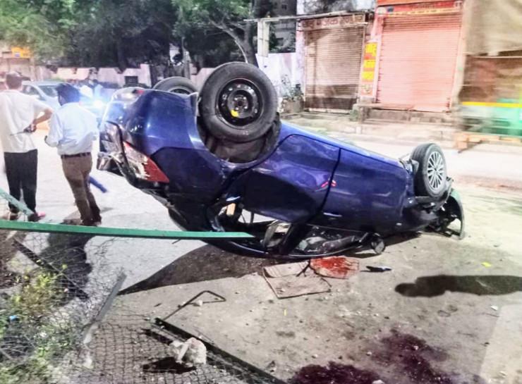 तेज रफ्तार बेकाबू कार ने डिवाइडर पर चढ़कर लोहे की रैलिंग को तोड़ा, फिर सड़क के दूसरी तरफ पलटी|राजस्थान,Rajasthan - Dainik Bhaskar