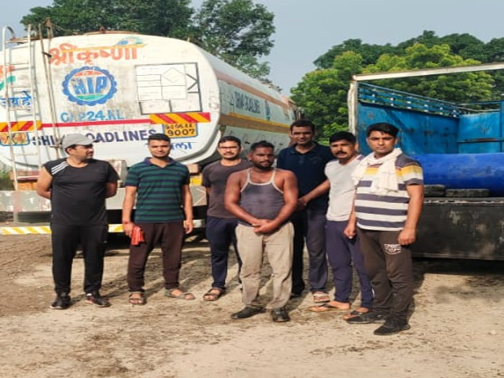 स्पेशल टीम की गिरफ्त में आरोपी पप्पू सिंह। - Dainik Bhaskar