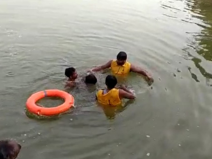 SDRF टीम ने आज सुबह शुरू किया रेस्क्यू,30 फीट गहरे गड्ढे में फंसा मिला,कल भैंस को निकालते हुए डूब गया था|राजस्थान,Rajasthan - Dainik Bhaskar