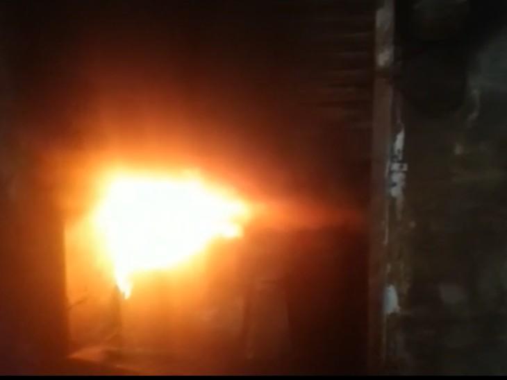 धुआं देखकर आस-पास के लोगों ने मालिक को बुलाया,मिट्टी-पानी डालकर आग पर पाया काबू,तब तक एलईडी, पांच होम थिएटर, डीवीडी प्लेयर जले,2 लाख का नुकसान|राजस्थान,Rajasthan - Dainik Bhaskar