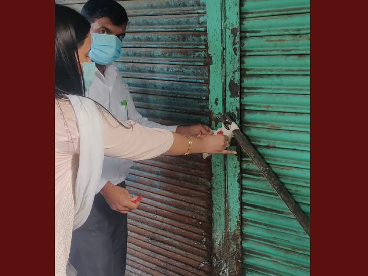 महिला अधिकारी से छेड़खानी करने वाले सपा पार्षद की दूध डेयरी सील कर दी गई है।