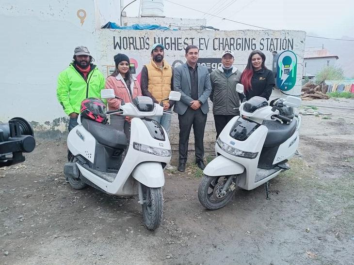 स्कूटी लेकर मनाली से काजा पहुंची टीम की सदस्य