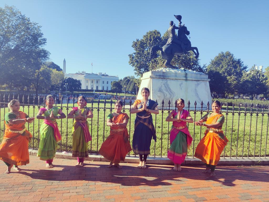 भारतीय मूल की महिलाएं भी बड़ी तादाद में सज-धज कर व्हाइट हाउस परिसर में पहुंची थीं।