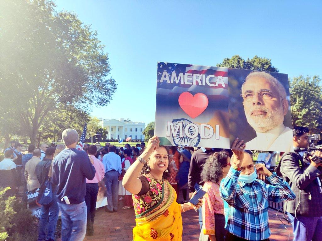 प्रधानमंत्री नरेंद्र मोदी के आगमन से पहले ही व्हाइट हाउस के सामने भारतीय मूल के लोगों की भीड़ लग गई थी।