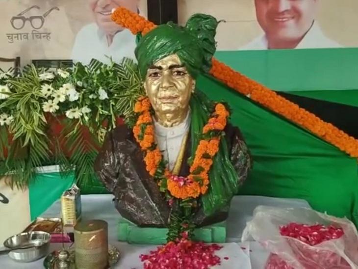 अनाज मंडी जींद में इनेलो की सम्मान दिवस रैली में ताऊ देवी लाल को श्रद्धासुमन अर्पित किए गए। - Dainik Bhaskar