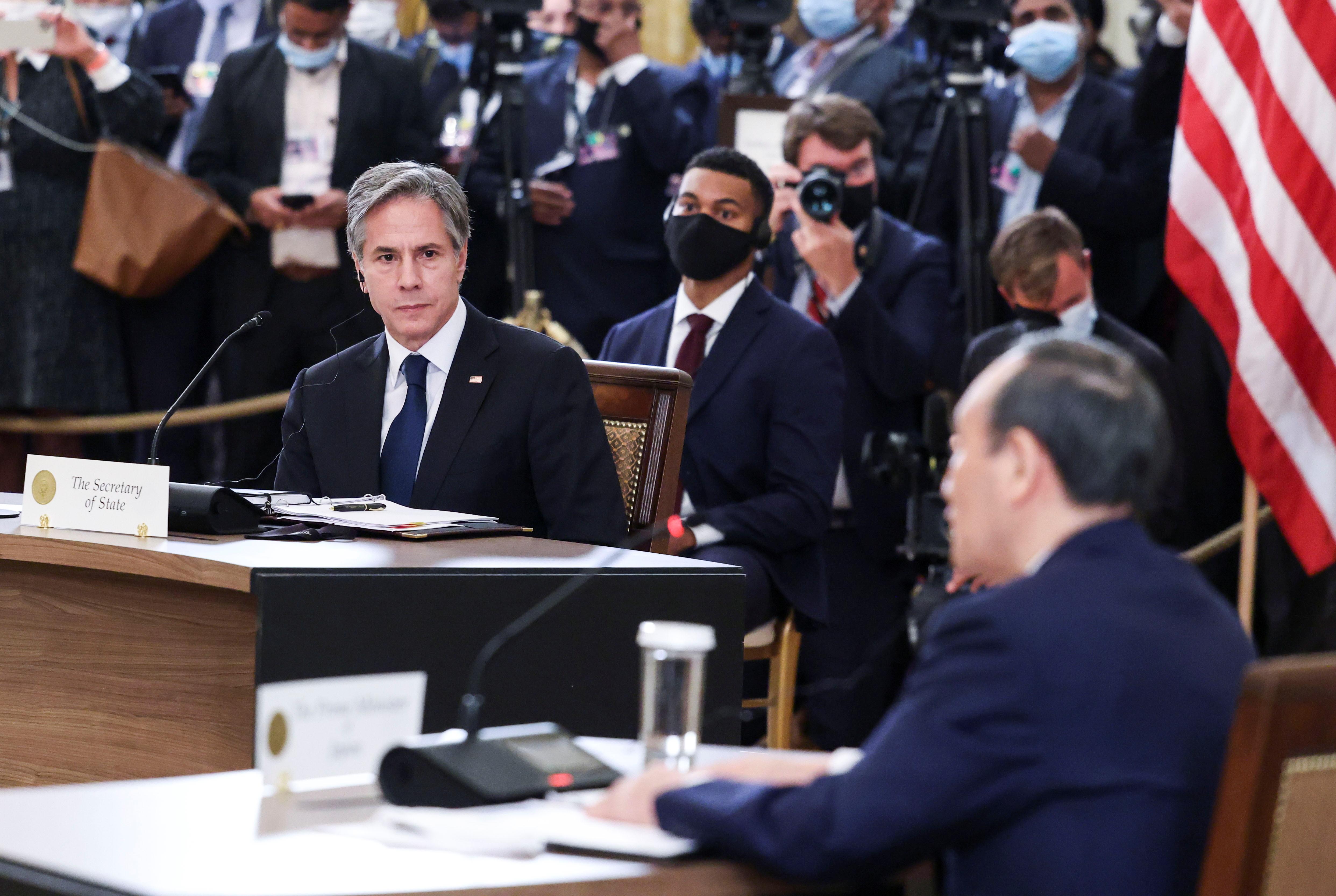 फोटो में जापान के PM योशिहिदे सुगा क्वॉड को लेकर अपना एजेंडा बता रहे हैं और अमेरिका के विदेश मंत्री एंटनी ब्लिंकन उन्हें ध्यान से सुन रहे हैं। मीटिंग में सुगा ने कहा कि यह समिट हमारे साझा संबंधों और एक स्वतंत्र हिंद-प्रशांत क्षेत्र के लिए हमारी प्रतिबद्धता को दर्शाती है।