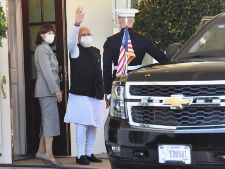 प्रधानमंत्री नरेंद्र मोदी ने व्हाइट हाउस से बाहर निकलने के बाद वहां पहुंचे भारतीय मूल के लोगों का हाथ हिलाकर अभिवादन किया। मोदी के आगमन से काफी देर पहले से ही व्हाइट हाउस के बाहर लोगों की भीड़ लगनी शुरू हो गई थी।