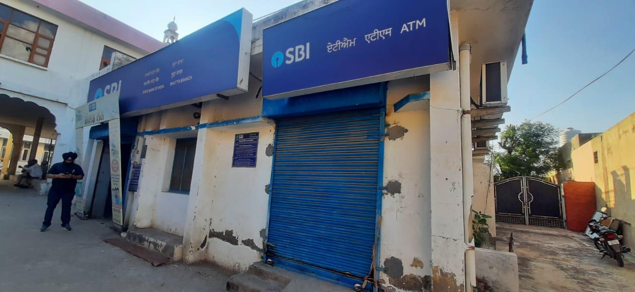 स्टेट बैँक ऑफ इंडिया की इमारत यहां से ATM से पैसे लूटे गए हैं।