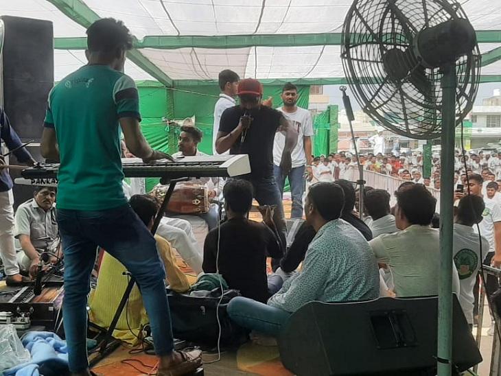 रैली में पार्टी के गुणगान और आगंतुकों के मनोरंजन करने के लिए बुलाए गए सिंगर।