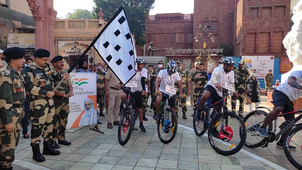 BSF के जवान दिल्ली के लिए रवाना होते हुए।