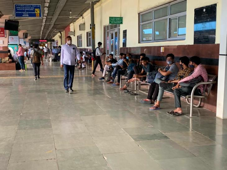 जयपुर रेलवे स्टेशन पर अपनी ट्रेन का इंतजार करते अभ्यार्थी।