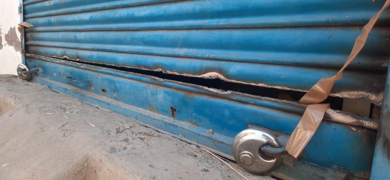 अंदर दाखिल होने के लिए बदमाशों ने ATM के शटर को इस तरह से काटा।