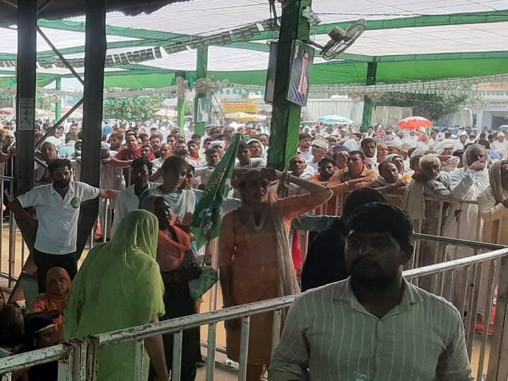 महारैली में दिग्गज नेताओं को सुनने के लिए पहुंचे लोग।