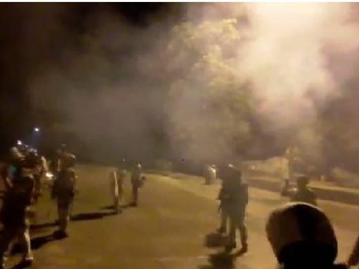 स्थिति को नियंत्रण में करने के लिए पुलिस ने आंसू गैस के गोले छोड़े।