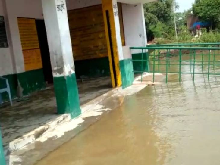 स्कूल परिसर में भरा बाढ़ का पानी।