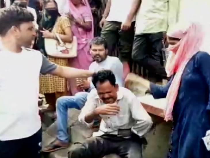 आए दिन युवतियों से करता था छेड़खानी, बनाता था वीडियो; युवती ने सरेआम शोहदे की चप्पल से की पिटाई|हमीरपुर,Hamirpur - Dainik Bhaskar