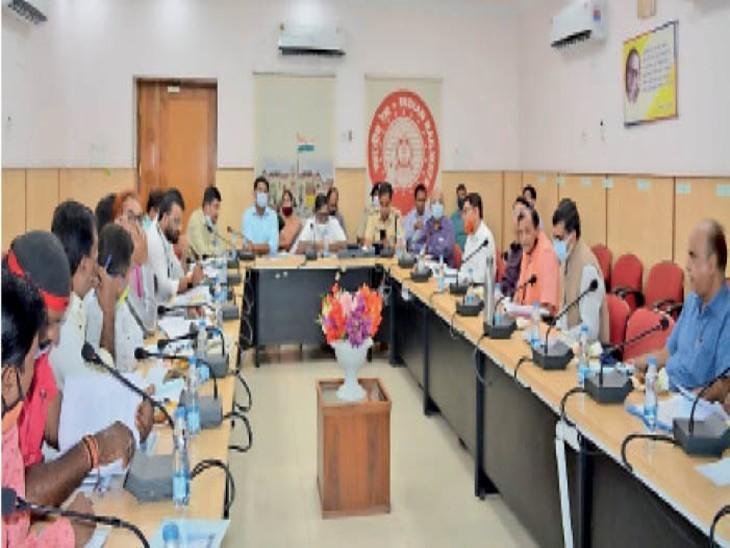 डीआरयूसीसी की बैठक के दौरान उपस्थित सदस्य। - Dainik Bhaskar