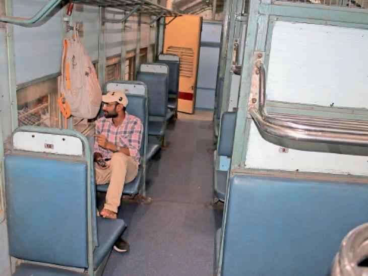 एक मात्र अभ्यर्थी राजेश का कहना था कि उसे तो अचानक किसी ने बताया कि शाम  को जयपुर के लिए स्पेशल ट्रेन जा रही है इसलिए वह स्टेशन पहुंच गया। - Dainik Bhaskar