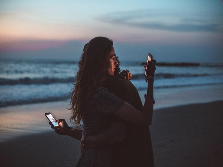 'फबिंग' कैसे डालता है आपके रिश्तों और सेहत पर असर, समझें एक्सपर्ट से|लाइफस्टाइल,Lifestyle - Dainik Bhaskar