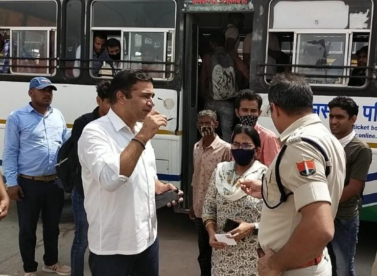 जिला कलेक्टर जितेंद्र कुमार सोनी और SP अभिजीत सिंह अभ्यर्थियों से बात करते हुए।