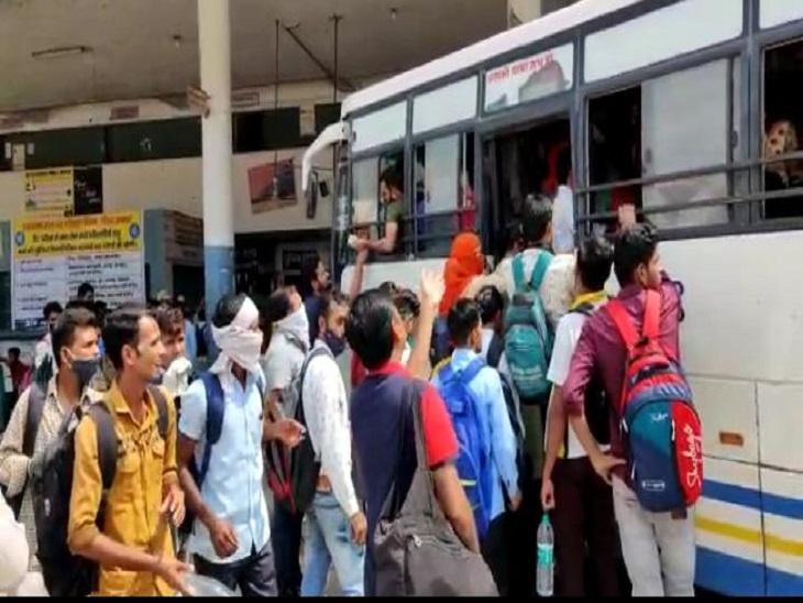 बस में चढ़ते हुए परीक्षार्थी। - Dainik Bhaskar