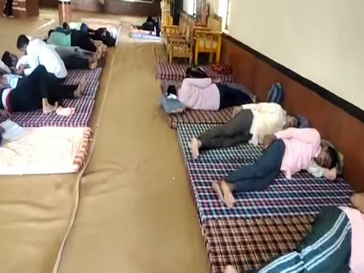 धर्मशाला में आराम करते परीक्षार्थी