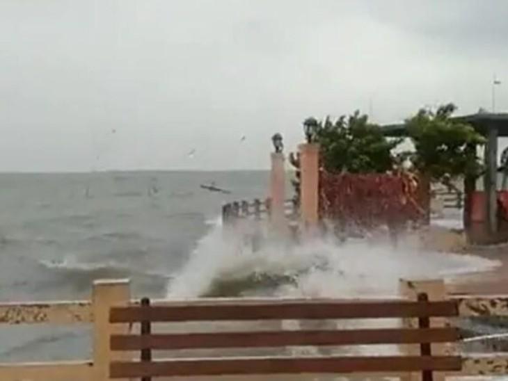 उत्तरी आंध्र और दक्षिणी ओडिशा में भारी बारिश; श्रीकाकुलम में नाव डूबने से 2 मछुआरों की मौत, एक लापता|देश,National - Dainik Bhaskar