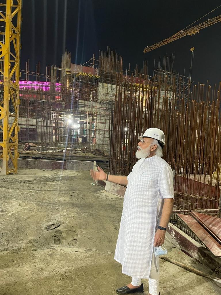 सेंट्रल विस्टा के मास्टर प्लान के मुताबिक पुराने गोलाकार संसद भवन के सामने गांधीजी की प्रतिमा के पीछे नया तिकोना संसद भवन बनेगा।
