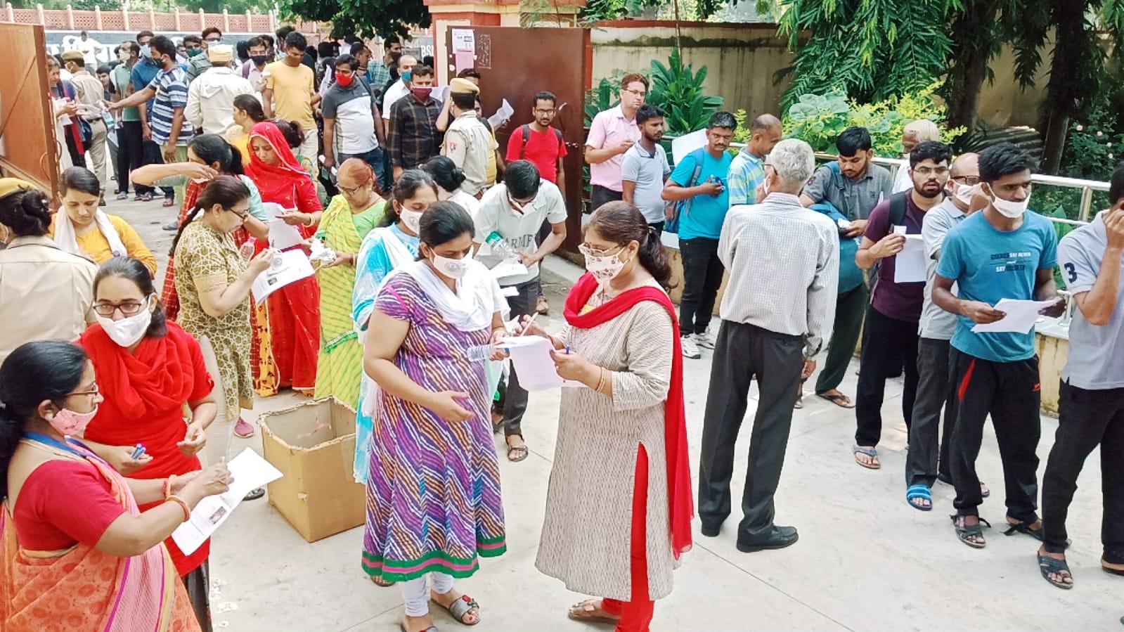 अजमेर के राजकीय कन्या महाविद्यालय परीक्षा केन्द्र पर चेकिंग के बाद दिया गया प्रवेश।