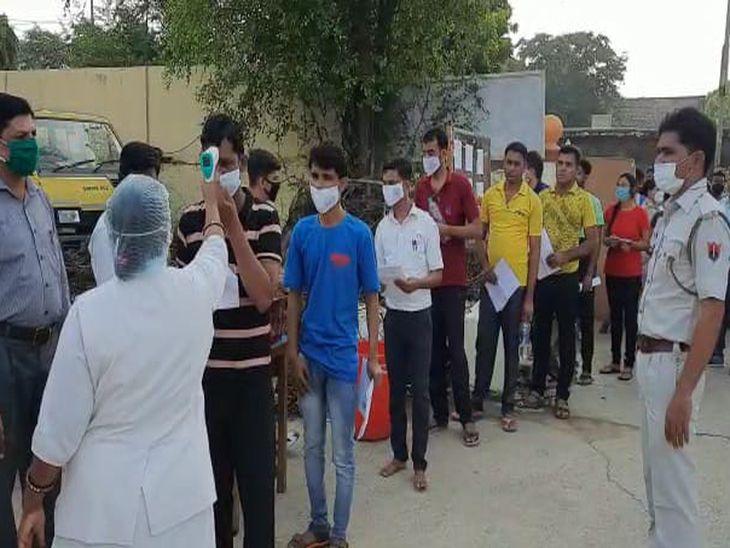 समय : सुबह 9.50 बजे - अजमेर की ख्वाजा मॉडल स्कूल में परीक्षार्थियों की चैकिंग कर प्रवेश दिया जा रहा। इस दौरान थर्मल स्के्रनिंग के साथ हाथ सेनेटाइजर भी करवाए गए। यहां भी लम्बी कतार लगी हुई थी।