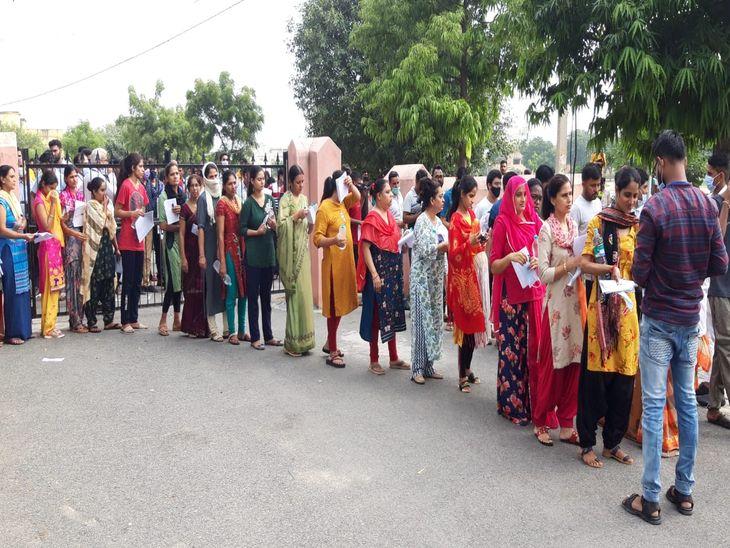 ब्यावर के कॉलेज परीक्षा केन्द्र पर लगी कतार।