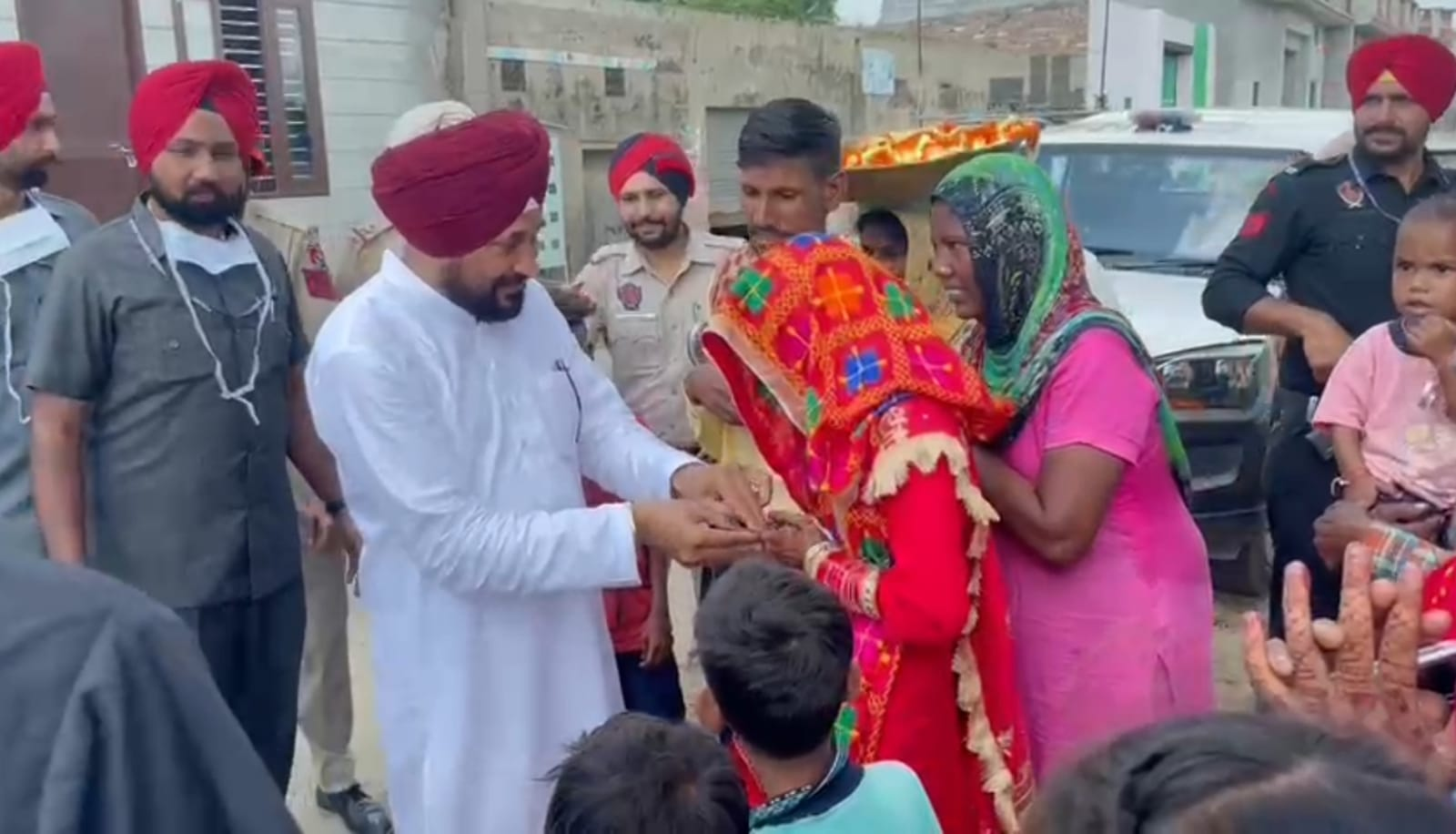 बठिंडा में शादी समारोह देख मुख्यमंत्री ने रुकवाईं गाडियां, सड़क पर ही दिया नवविवाहित जोड़े को शगुन|लुधियाना,Ludhiana - Dainik Bhaskar