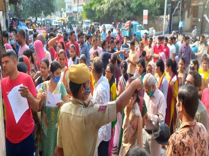 समय : सुबह 9.40 बजे : अजमेर के केसर गंज स्थित मथुरा देवी स्कूल के बाहर अभ्यर्थियों की लम्बी कतार थी और यहां अभ्यर्थियों को व्यवस्थित करने के लिए स्कूल प्रबन्धन व पुलिस को खासी मशक्कत करनी पड़ी।