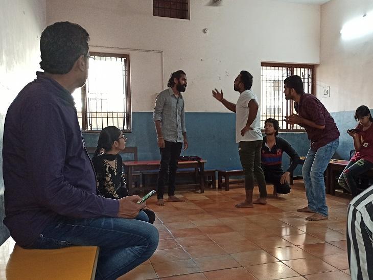इस क्रियाकलाप के अभ्यास और व्यवहार कला में प्रशिक्षित होते हैं।