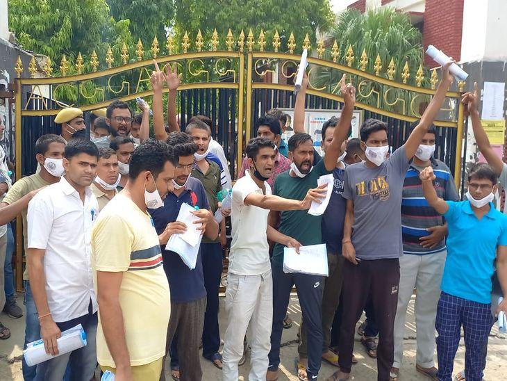 अजमेर के सावित्री कन्या कॉलेज में हंगामा करते अभ्यर्थी।