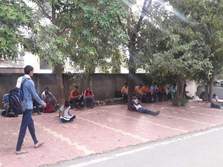 समय : सुबह 7.30 बजे : अजमेर के कोटड़ा स्थित सेन्ट्रल एकेडमी स्कूल के परीक्षा केन्द्र के बाहर सुबह जल्दी ही परीक्षार्थियों का आना शुरू हो गया। यहां आस पास में पेडों की छांव व घरों के बाहर बनी सीढ़ियों पर परीक्षार्थी बैठे दिखाई दिए। परीक्षा केन्द्र के बाहर पुलिस के जवान मौजूद रहे।