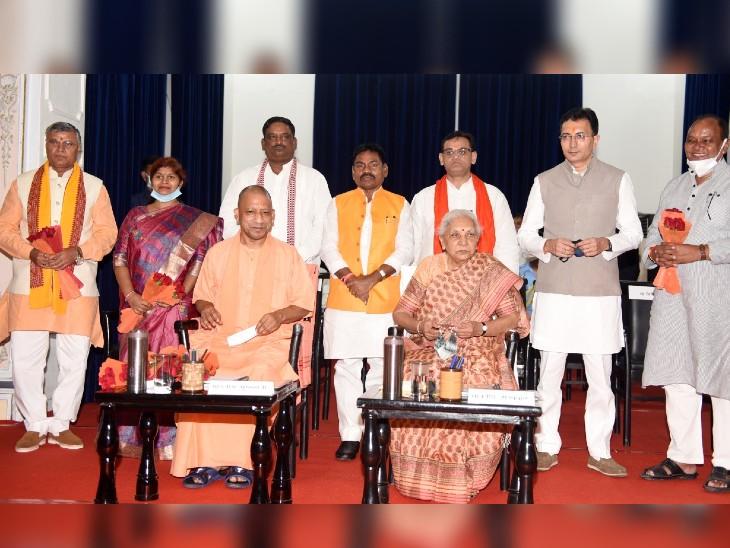 सीएम योगी आदित्यनाथ सरकार के मंत्रिमंडल विस्तार में राज्यपाल आनंदी बेन पटेल की मौजूदगी में 7 मंत्रियों ने ली शपथ।