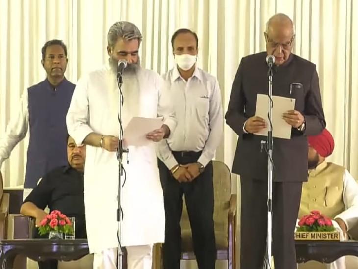 मंत्री पद की शपथ लेते भारत भूषण आशु।