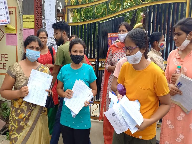 अजमेर के सावित्री कॉलेज के बाहर विरोध प्रकट करते अभ्यर्थी।