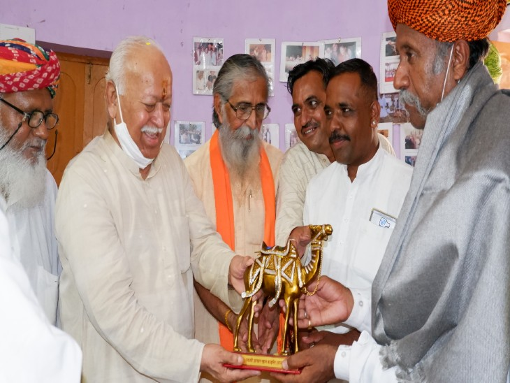 अनवर खान ने संघ प्रमुख मोहन भागवत को स्मृति चिह्न भेंट किया।