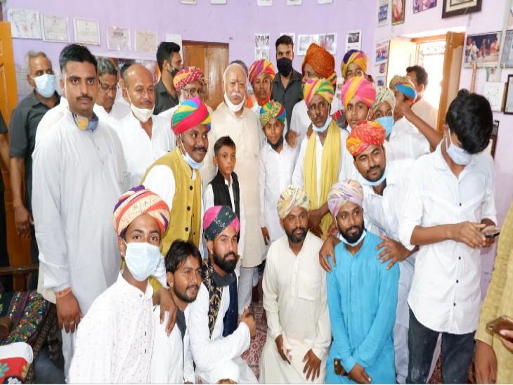 अनवर खान के परिवार ने मोहन भागवत के साथ फोटो भी खिंचवाई।